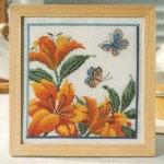 kelebekli turuncu çiçekli kanaviçe tablo