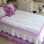 kenarı pembe fırfırlı güllü dantel yatak örtüsü modeli