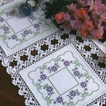 mor çiçekli kanaviçe masa örtüsü