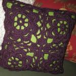 mor tığ işi motifli yastıklar