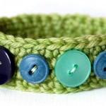 renkli düğmelerle süslenmiş yeşil bilezik