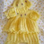 sarı kız çocukları için örgü elbise ve şapka modeli