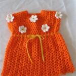 turuncu örgü çiçek motifli bebek elbise örnekleri