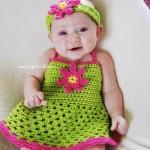 yeşil örgü kız bebek elbise modelleri ve çiçek motifli bandaj